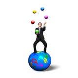 Affärsman som balanserar på sfären som jonglerar med lodisar för valutasymbol Royaltyfri Foto