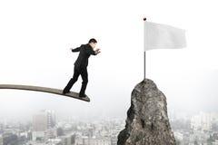 Affärsman som balanserar på träbräde med den tomma vita flaggan Royaltyfria Foton