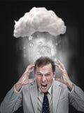 Affärsman som belastar ut under ett moln arkivbild