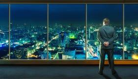 Affärsman som blir i framdel av stadssikten fotografering för bildbyråer