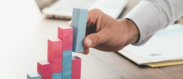 Affärsman som bygger en lyckad finansiell graf arkivfoton