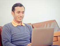 Affärsman som chockar se bärbar datordatoren royaltyfria foton