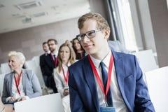 Affärsman som deltar i seminarium i konventcentrum royaltyfria foton