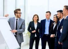Affärsman som diskuterar ett nytt affärsprojekt med medlemmarna av hans lag Arkivbilder