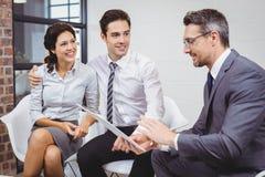 Affärsman som diskuterar med klienten Arkivbilder