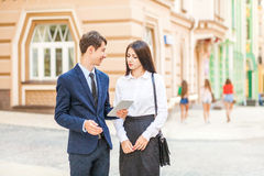 Affärsman som distraheras och ses till sexiga flickor, medan arbeta och diskutera med partnern Arkivfoton