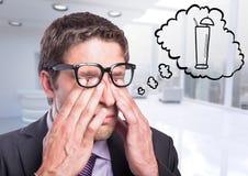 Affärsman som drömmer av coctailen mot oskarpt vitt kontor Royaltyfri Fotografi