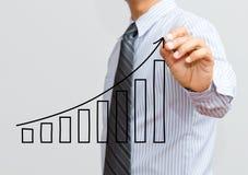 Affärsman som drar en växande graf Royaltyfri Foto
