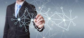 Affärsman som drar nätverket för digitala data med en tolkning för penna 3D Royaltyfria Foton