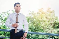 Affärsman som dricker ett kaffe och ser sikt och som tänker succ Royaltyfria Foton
