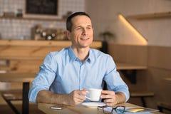 Affärsman som dricker kaffe i kafé royaltyfri bild