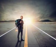 Affärsman som en utforskare i en gata Begrepp av framtid och innovation royaltyfria bilder