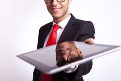 Affärsman som erbjuder till dig ett block för touchskärm royaltyfria foton