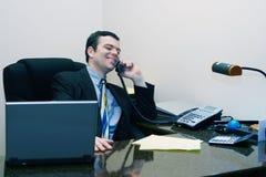affärsman som får den goda nyheternatelefonen Arkivfoto