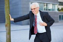 Affärsman som får en hjärtinfarkt Fotografering för Bildbyråer