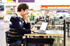 Affärsman som förbinder till radion på hans bärbar dator Arkivbilder