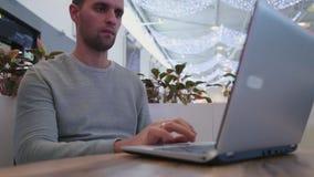 Affärsman som förbinder till radion på hans bärbar datordator lager videofilmer
