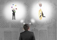 Affärsman som föreställer arbetsläge med klotterbetongväggen Arkivfoto