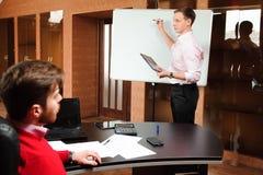 Affärsman som förklarar affärsplan till arbetare i konferensrum fotografering för bildbyråer