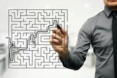 affärsman som försöker att finna vägen ut ur labyrint Royaltyfria Bilder