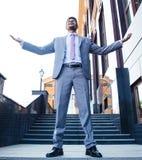 Affärsman som firar hans framgång utomhus royaltyfria bilder