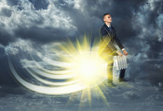 Affärsman som flyger bort på tänd ljus kula arkivfoton