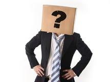 Affärsman som frågar för hjälp med kartongen på hans huvud arkivbild