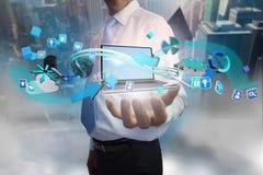 Affärsman som framlägger den app-symboler och bärbara datorn Royaltyfri Foto