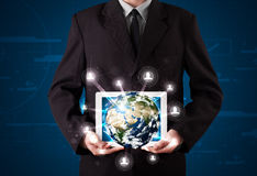 Affärsman som framlägger jordklotet för jord 3d i tablet Royaltyfria Bilder