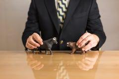Affärsman som framme sitter av träskrivbordet arkivfoto