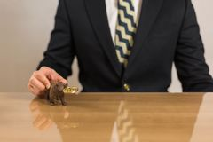 Affärsman som framme sitter av träskrivbordet royaltyfria foton