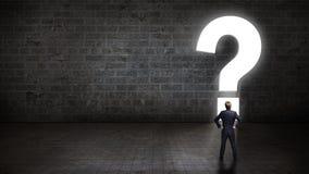 Affärsman som framme står av en portal som formas som en questionmark Arkivbilder