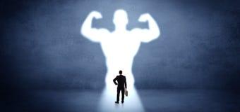 Affärsman som framme står av en stark hjältevision arkivfoto