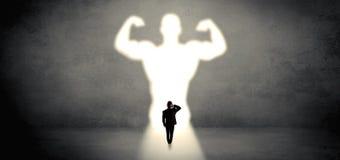 Affärsman som framme står av en stark hjältevision arkivbilder