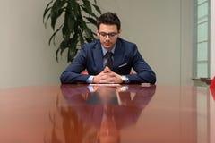 Affärsman som fungerar med förlagor i kontoret Royaltyfri Fotografi