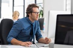 Affärsman som fungerar på datoren Arkivbild