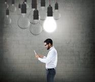Affärsman som fungerar på den digitala tableten arkivbilder
