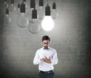 Affärsman som fungerar på den digitala tableten Royaltyfria Bilder