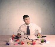 Affärsman som fungerar på kontorsskrivbordet Royaltyfri Fotografi