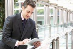 Affärsman som fungerar på Tabletdatoren Royaltyfria Foton