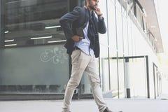 Affärsman som går digital tabl för för hostadsgata och innehav royaltyfri bild