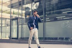 Affärsman som går hogata och innehav digital t royaltyfri foto