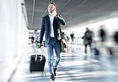 Affärsman som går i flygplats arkivbilder