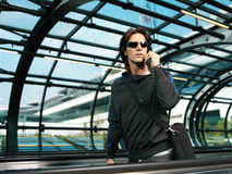 Affärsman som går i flygplatslo Royaltyfri Foto