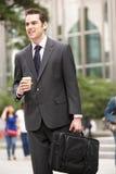 Affärsman som går längs gatan Arkivfoton