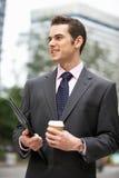Affärsman som går längs gatan Arkivbild