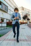 Affärsman som går ner gatan Fotografering för Bildbyråer