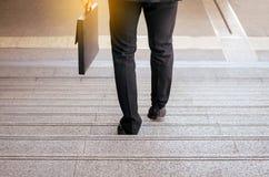 Affärsman som går ner på trappan, brådska för att arbeta i morgonen royaltyfri bild