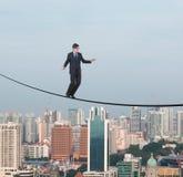 Affärsman som går på ett rep Arkivbilder