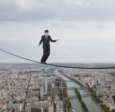 Affärsman som går på ett rep Arkivfoton